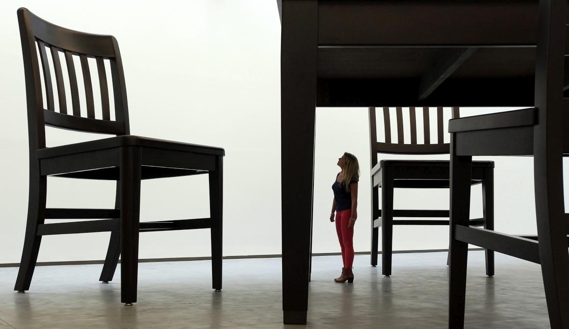 IRLANDA do NORTE. Sim, adivinhou, é mesmo isso: a visitante tem uma altura normal, os objectos é que não: são construções gigantescas integradas numa exposição de Robert Therrien no Metropolitan Arts Centre de Belfast, em 2012.