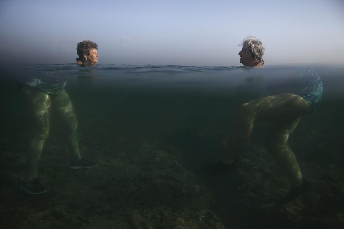 CUBA. Magias aquáticas em Havana durante um dia que chegou quase aos 40ºC, em Abril 2015.