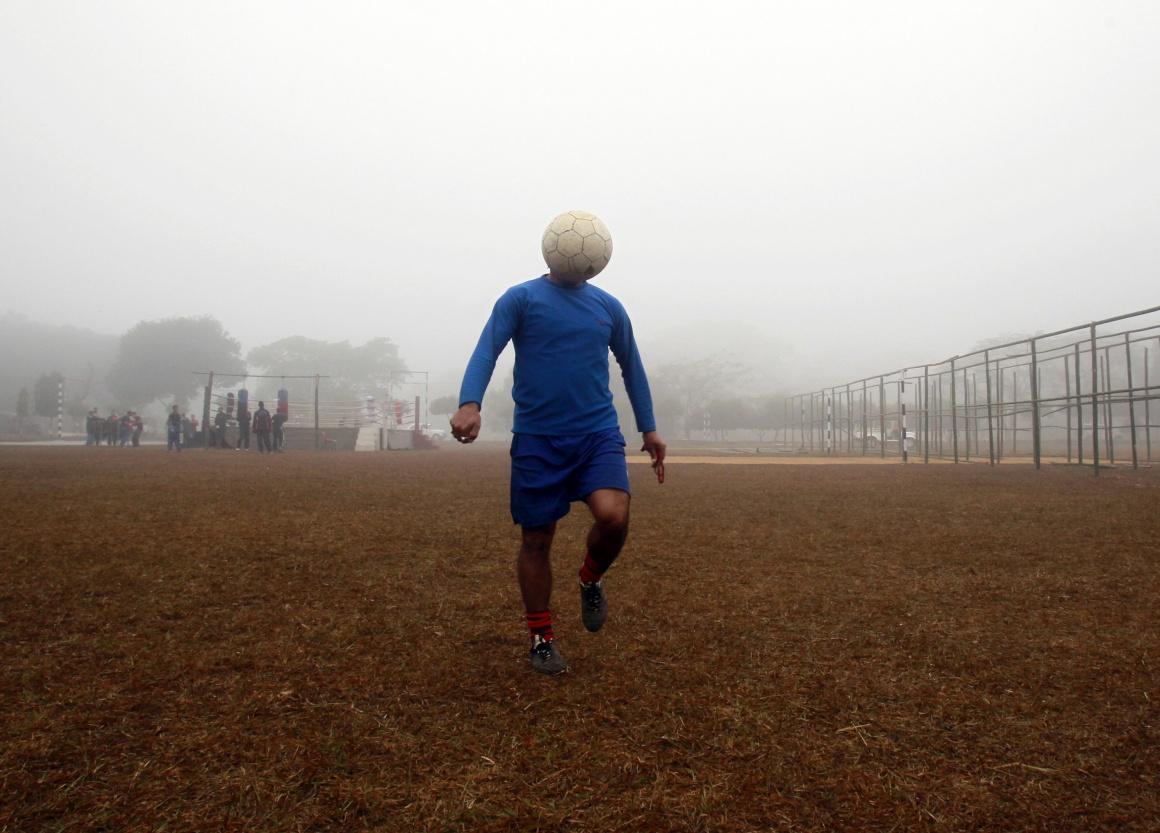 ÍNDIA. Será um daqueles homens só tem bola na cabeça? Em Agartala, estado de Tripura, Janeiro 2015.