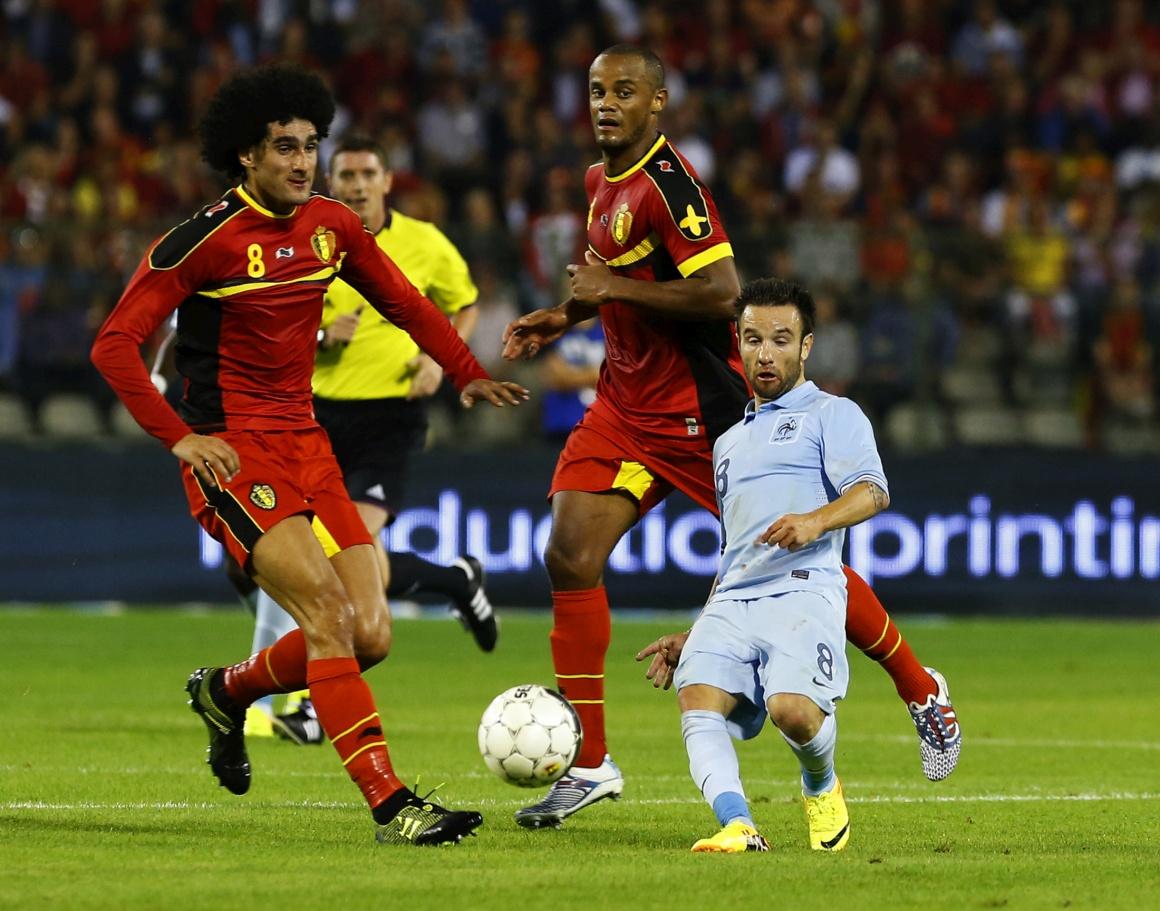 BÉLGICA. Mathieu Valbuena, da França, vs. Marouane Fellaini e Vincent Kompany da Bélgica num amigável em Agosto de 2013. Sendo que, na realidade, têm todos alturas similares...