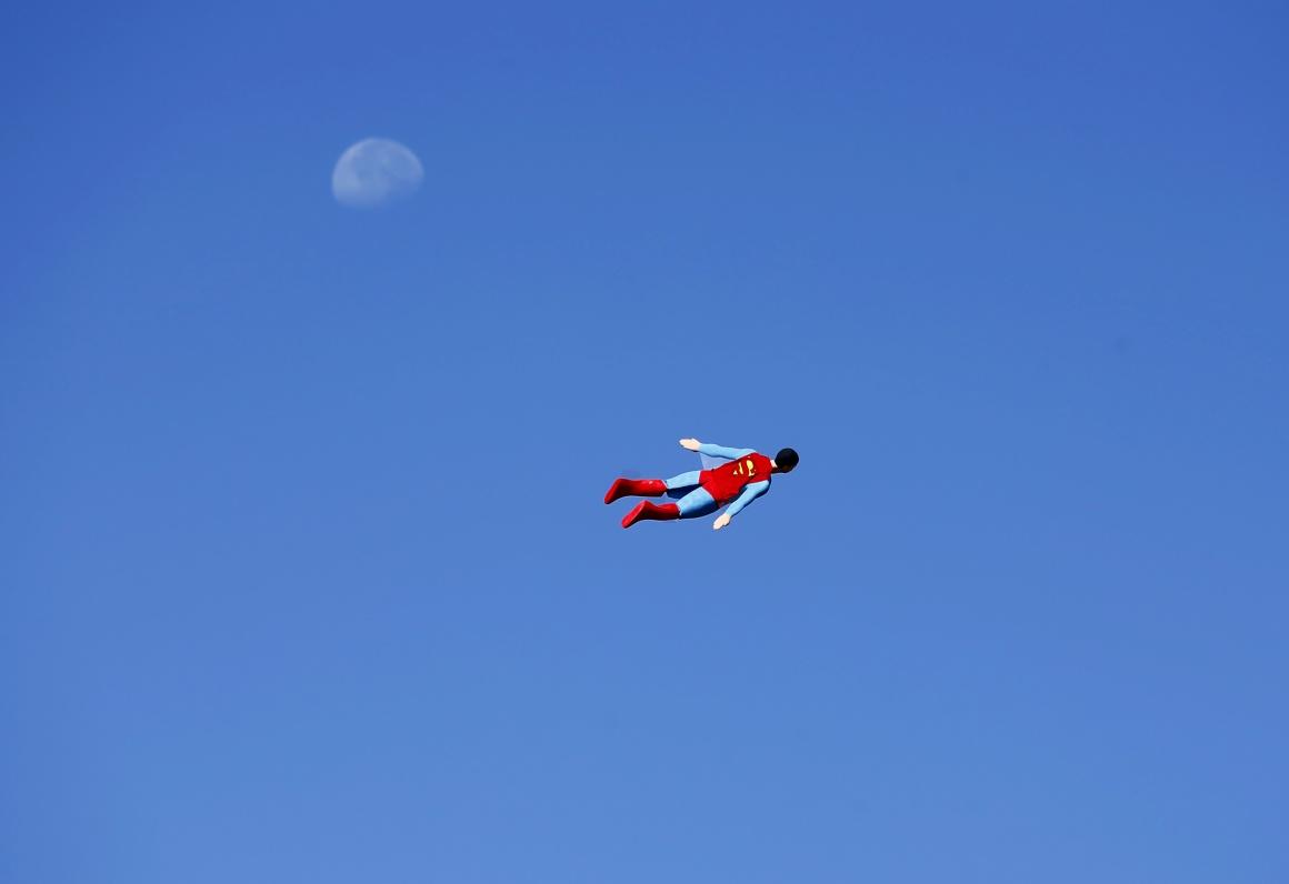 EUA. Um avião Superman, controlado via rádio, passa frente à lua durante um teste de voo em San Diego, Califórnia, em 2013.