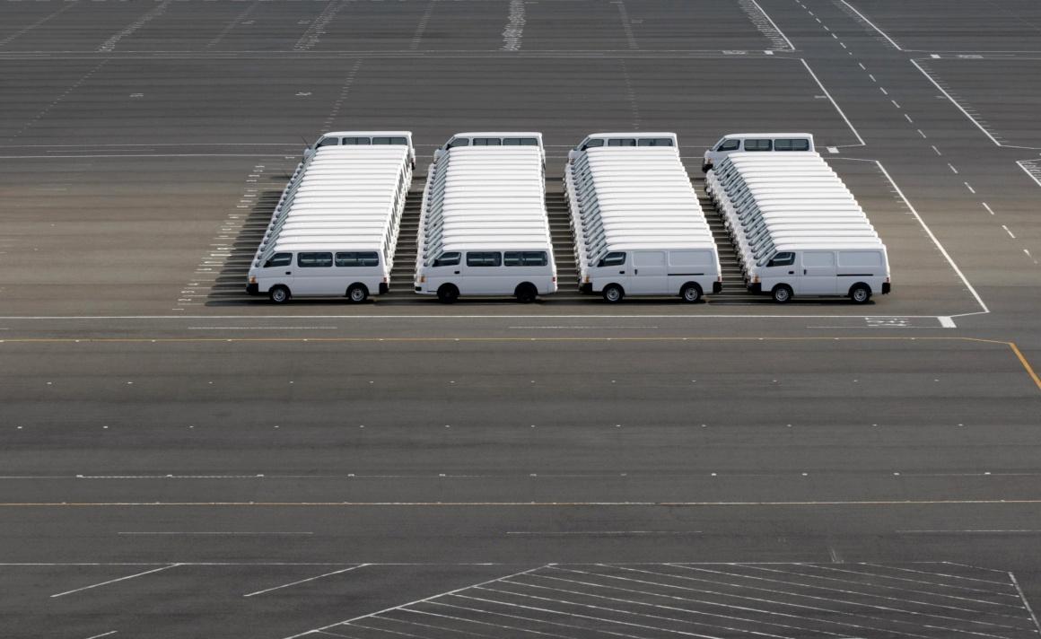 JAPÃO. Carros da Nissan estacionados na fábrica em Yokosuka, Tóquio, 2009.