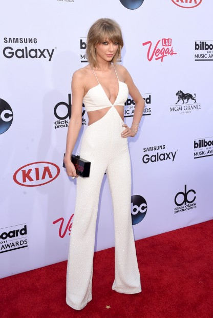 A cantora Taylor Swift com um jumpsuit da Balmain