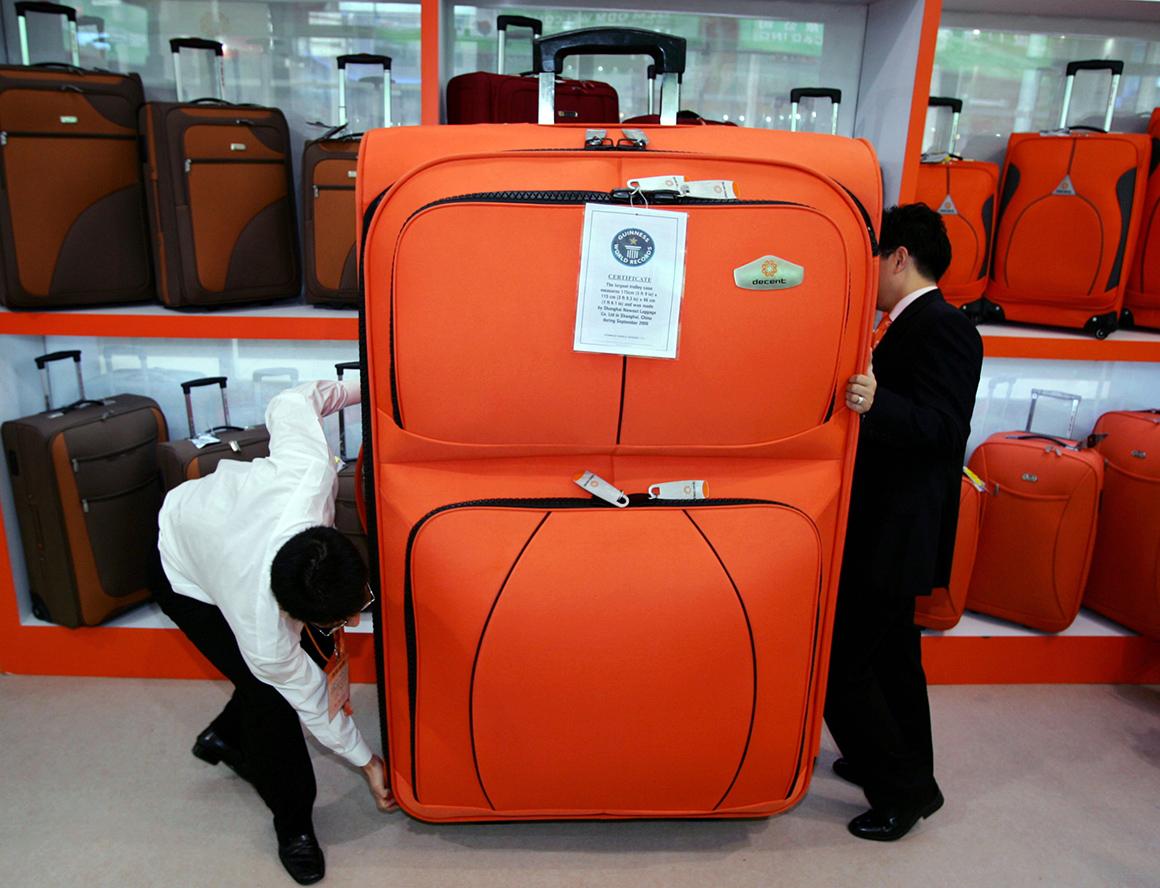 A maior mala de viagem com rodas tem 175cm de altura, 115cm de largura e 46cm de espessura.