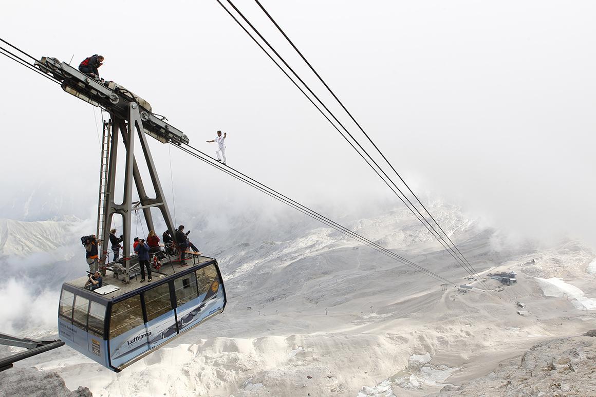 O suíço Freddy Nock equilibra-se ao longo de um cabo de teleférico com 995 metros de comprimento para quebrar o seu próprio recorde, como parte de um evento de caridade em 2011.