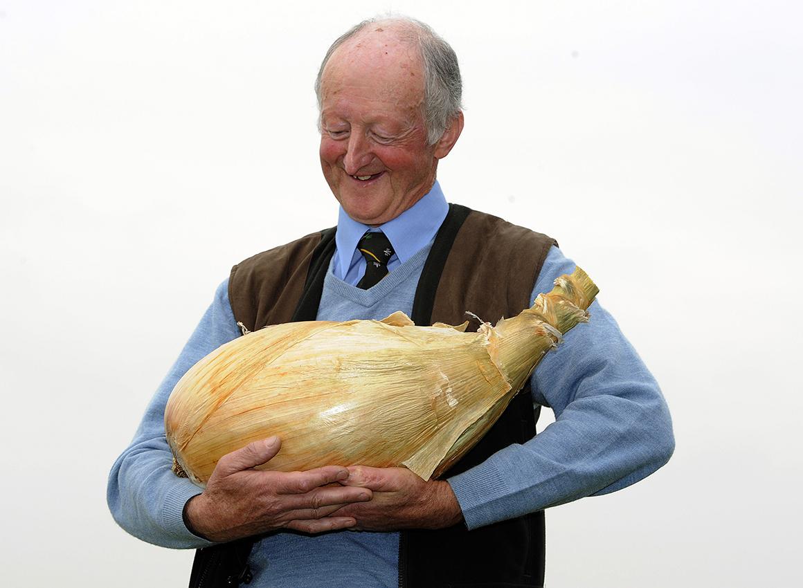 O inglês Grower Pete Glazebrook posa para os fotógrafos com a sua cebola, a mais pesada do mundo: 8,150kg.