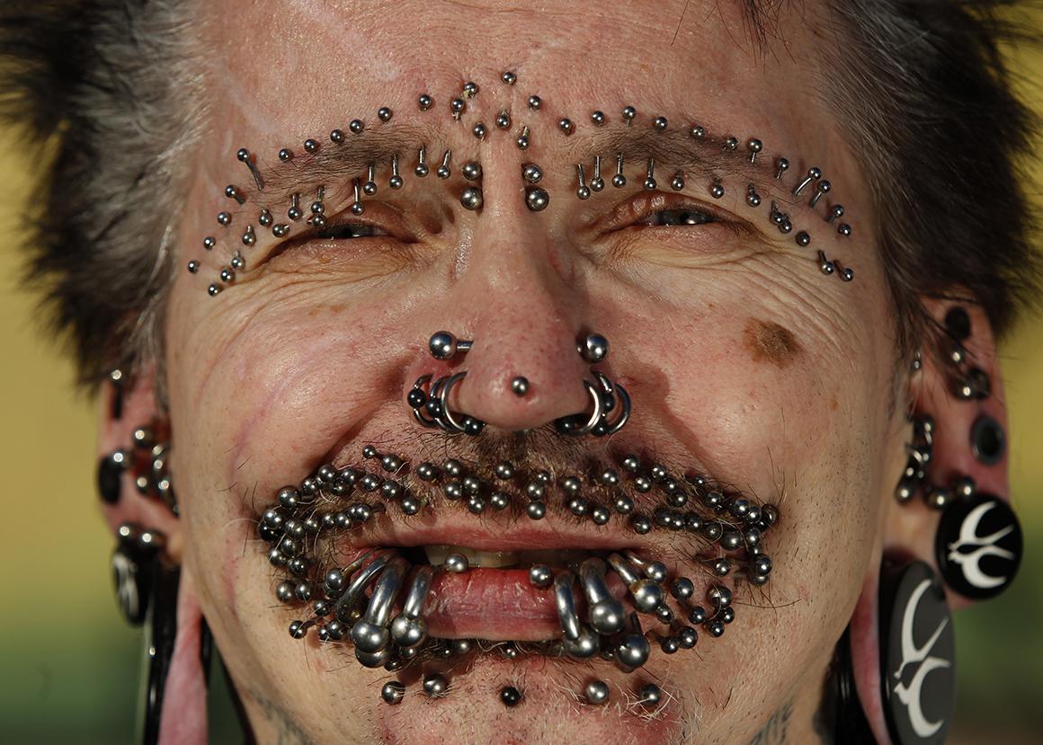 O alemão Rolf Bucholz é o homem com mais piercings do mundo: 453.
