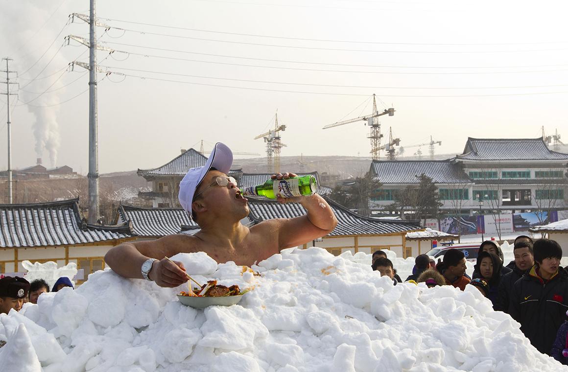 Jin Songhao bateu o recorde mundial de maior tempo com o corpo em contacto directo com a neve, em Yanji, na China: 46 minutos e sete segundos.