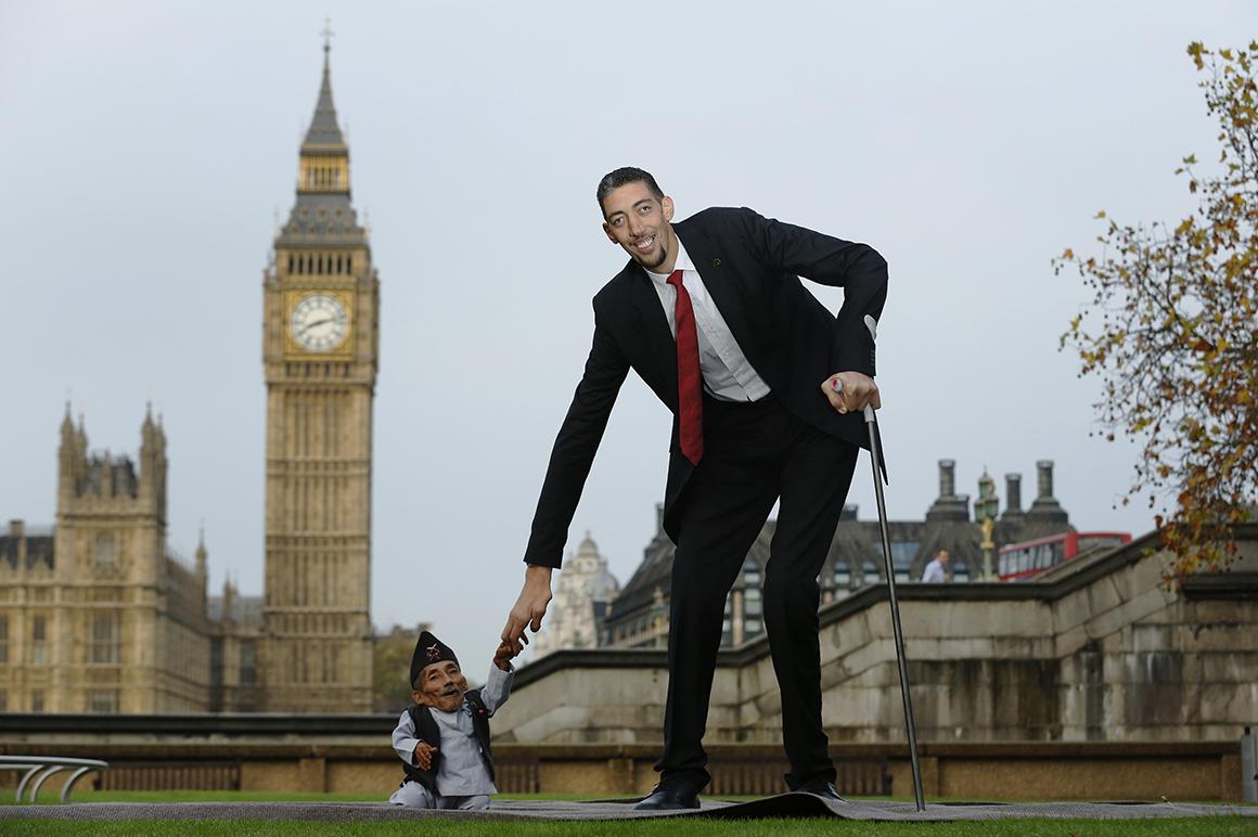 Um aperto de mão entre Chandra Bahadur Dangi, o homem mais pequeno do mundo (54,6 centímetros de altura), e Sultan Kosen, o mais alto actualmente vivo (251 centímetros).
