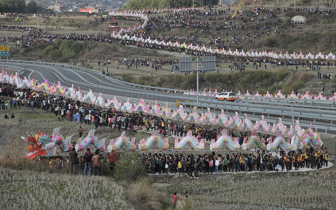A anual marcha do dragão, realizada durante o Festival das Lanternas, em Gutian (China), foi em 2012 o maior desfile flutuante do mundo, com 791,5 metros.