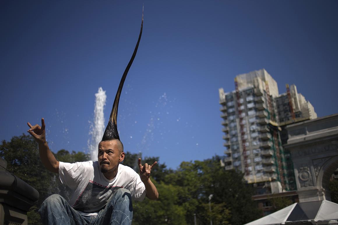 O designer de moda japonês Kazuhiro Watanabe detém o recorde mundial para o