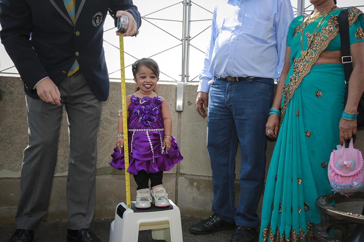 A indiana Jyoti Amge, 19 anos, é a mulher viva mais pequena do mundo, com 62,7 centímetros de altura.