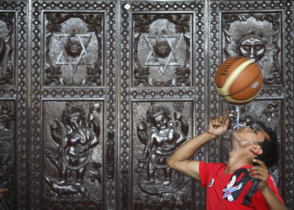 Thaneshwar Guragai gira uma bola de basquetebol com uma escova de dentes que segura com a boca durante 22,41 segundos para quebrar o último recorde de 13,5 segundos, estabelecido por Thomas Connors, do Reino Unido.