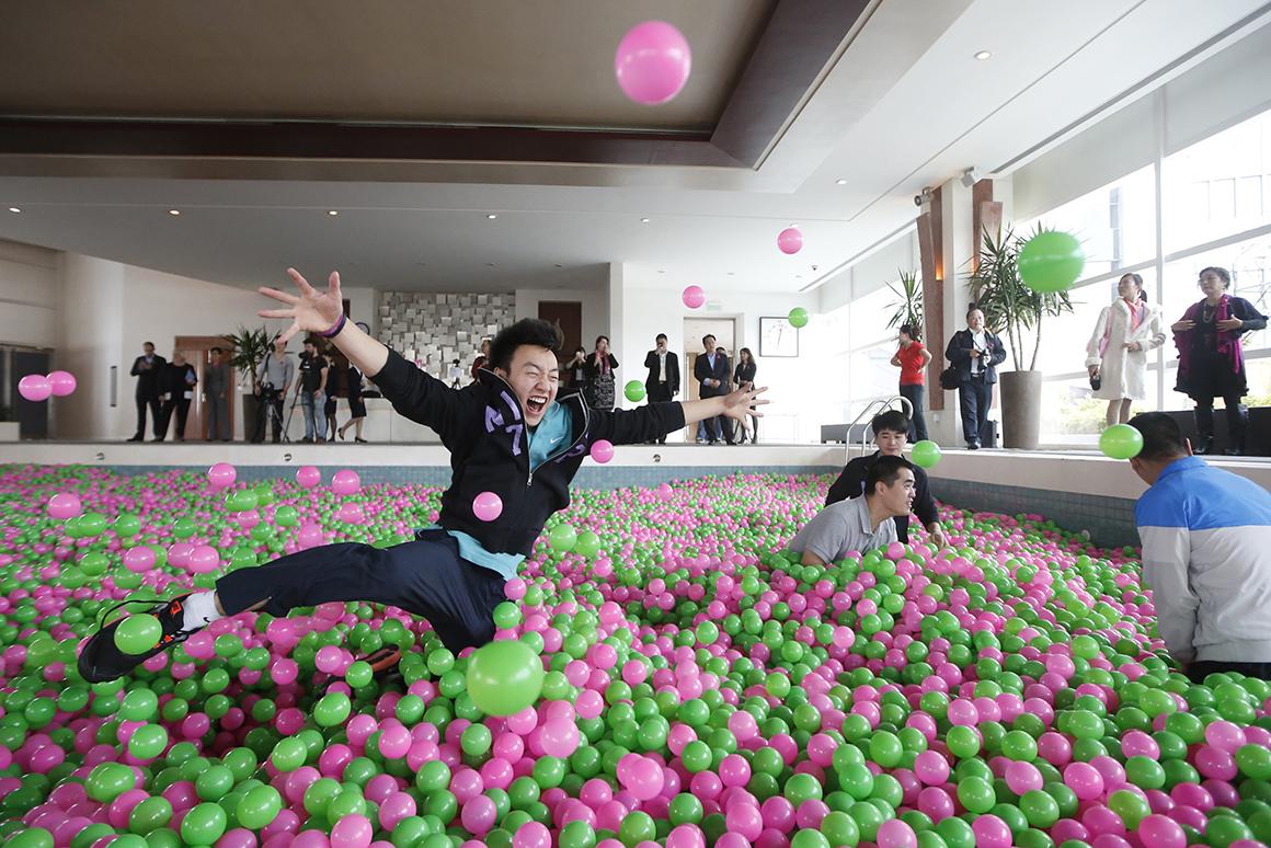A maior piscina de bolas: um milhão de bolas de plástico rosas e verdes, numa piscina com 25m de comprimento por 12,6m de largura. Em Pudong, Shanghai.