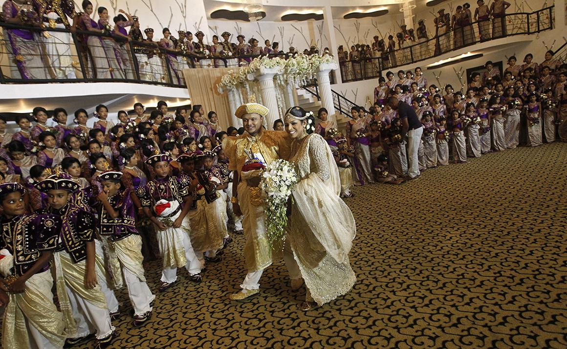 O casamento de Nisansala e Nalin, do Sri Lanka, bateu o recorde de damas de honor para uma única noiva: 126.