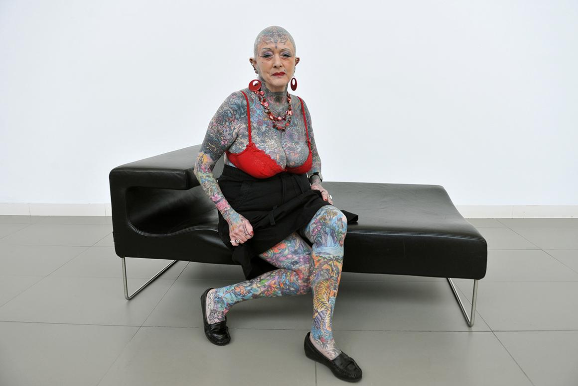 A septuagenária Isobel Varley é considerada a mulher tatuada mais velha do mundo.