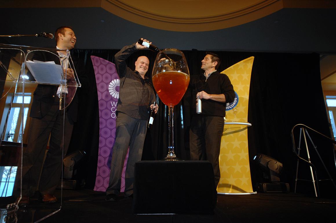 O maior copo de ice wine do mundo tem 1,22m de altura e 27 litros de vinho, derramado por mais de 30 vinícolas de Ontário, Canadá.