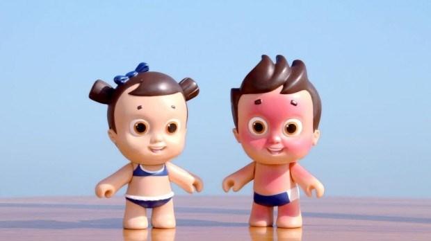 À esquerda, a boneca com protector solar. À direita, sem a protecção.