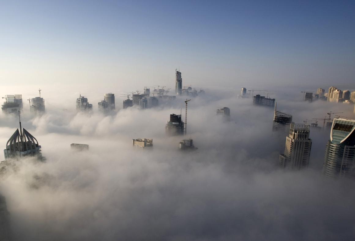 Um pesado nevoeiro matinal cai sobre a marina do Dubai