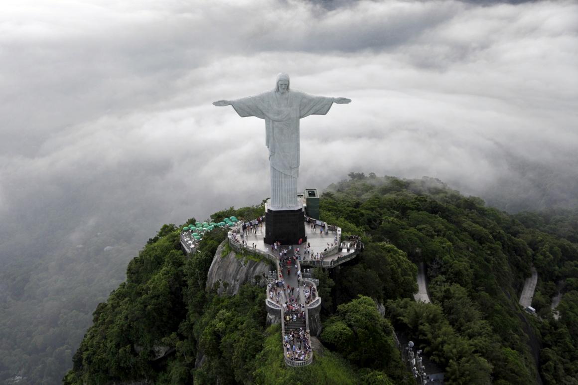 Rio e o Cristo Redentor no Corcovado em vista aérea.