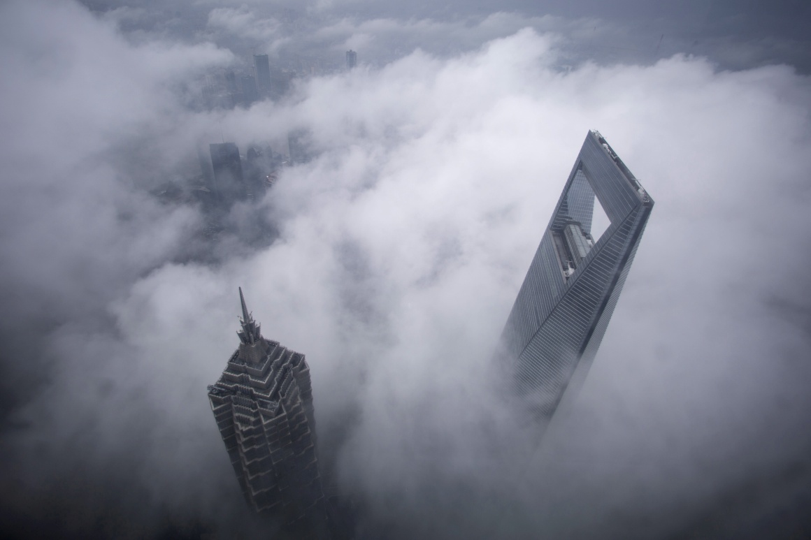 Em Xangai, os arranha-céus do World Financial Center e da Torre Jin Mao são vistos durante uma forte chuvada