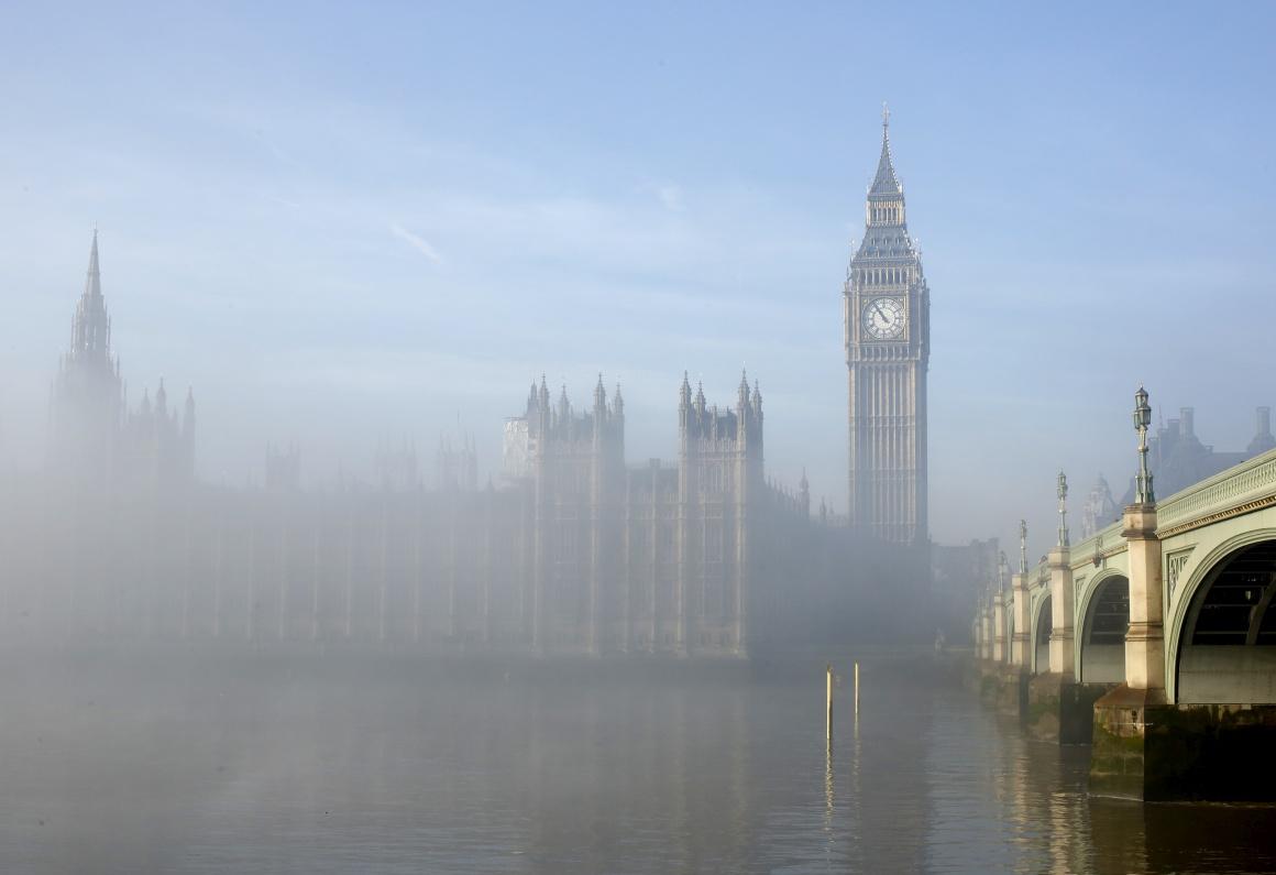 Londres vista de outra maneira: com o nevoeiro a desaparecer em redor do Parlamento