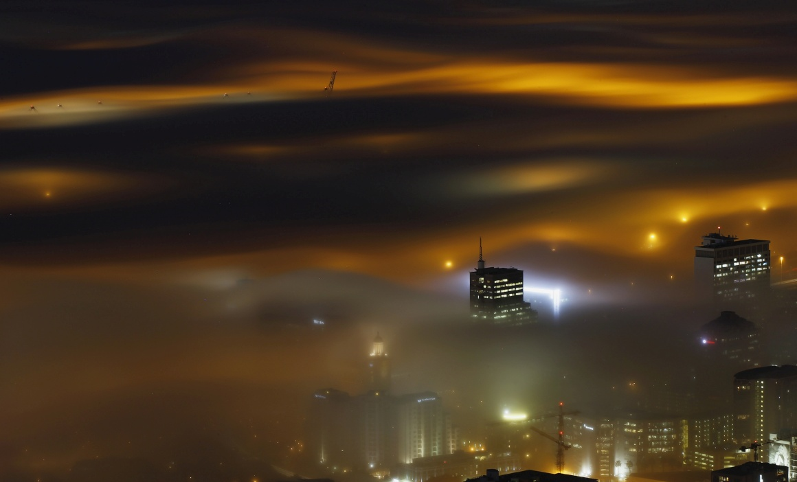 Cidade do Cabo fotografada (com longa exposição) no início do Inverno