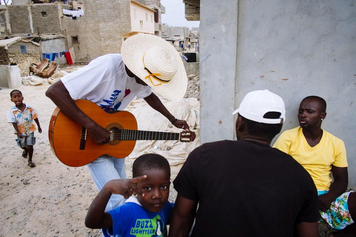 João a tocar a guitarra no Bairro da Barraca