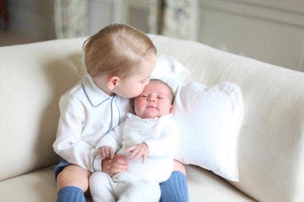 A primeira fotografia oficial de Charlotte com o irmão, George, foi tirada pela mãe, Kate Middleton