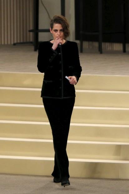 Kristen Stewart abre o desfile do criador alemão
