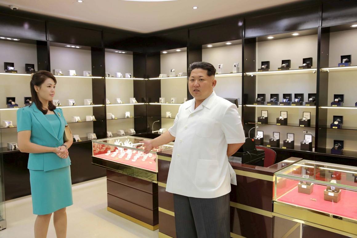 Kim Jong-un em visita ao terminal com a mulher, Ri Sol Ju. Aqui na loja de relógios