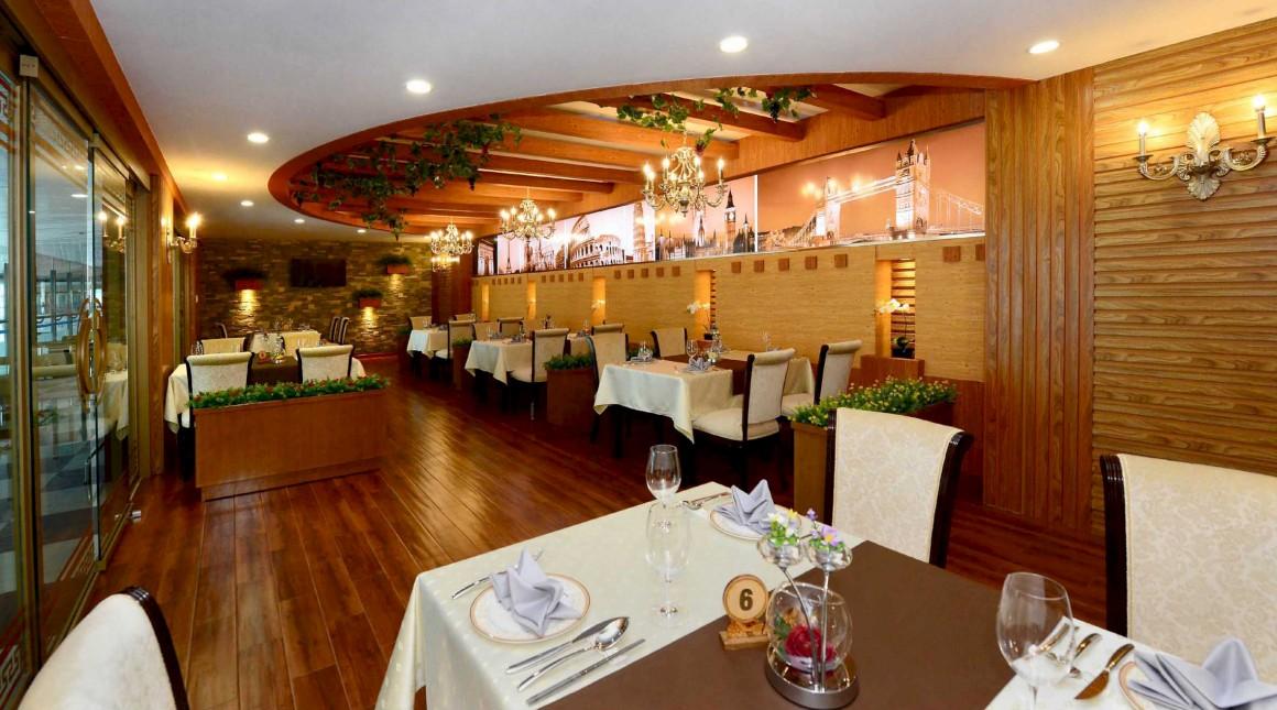 Restaurante, decorado com imagens de monumentos ocidentais, no novo terminal