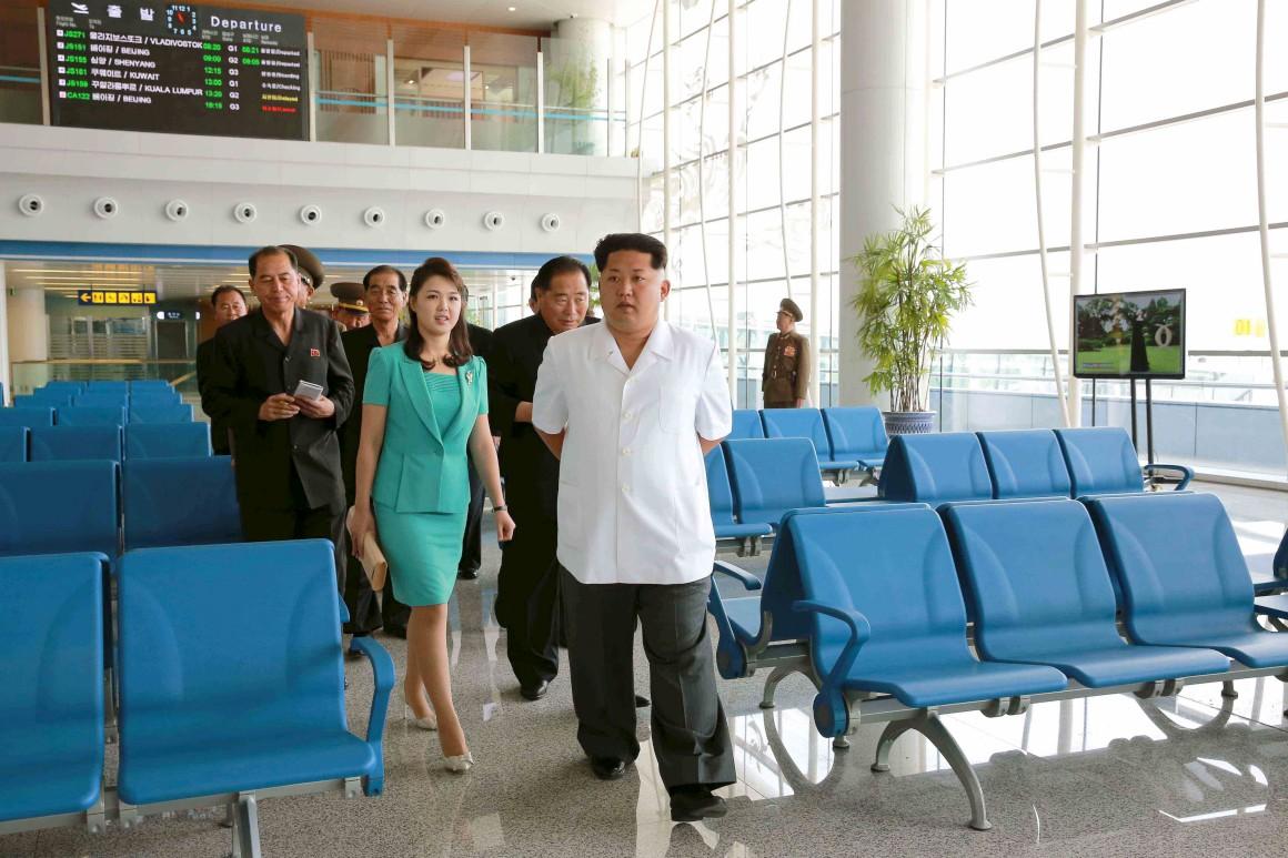 Kim Jong-un em visita ao terminal com a mulher, Ri Sol Ju.