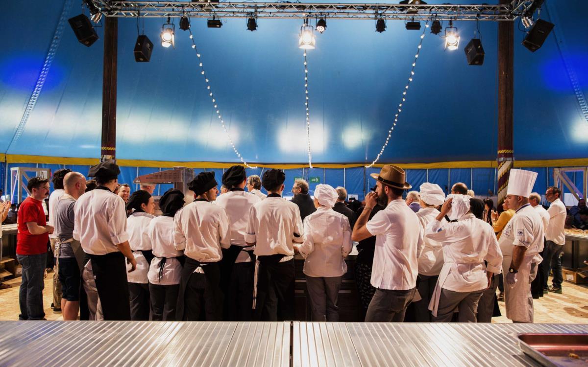 O chef Massimo Bottura ao centro na abertura do Festival Al Meni