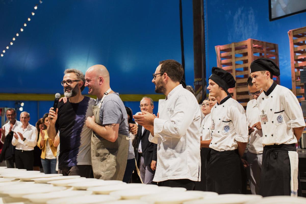 Massimo Bottura no palco com o chef português Leandro Carreira um dos convidados do festival Al Meni.