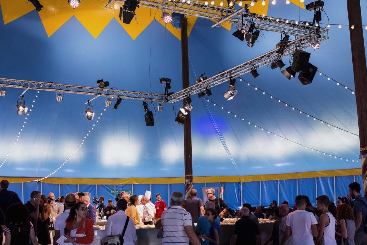O palco do Al Meni, no interior de uma tenda de circo.