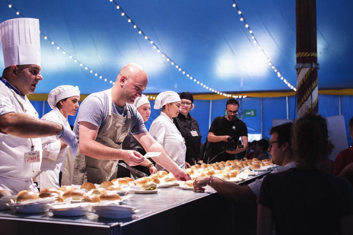 O Chef Leandro Carreira a distribuír as sua sandes de bacalhau no Festival Al Meni
