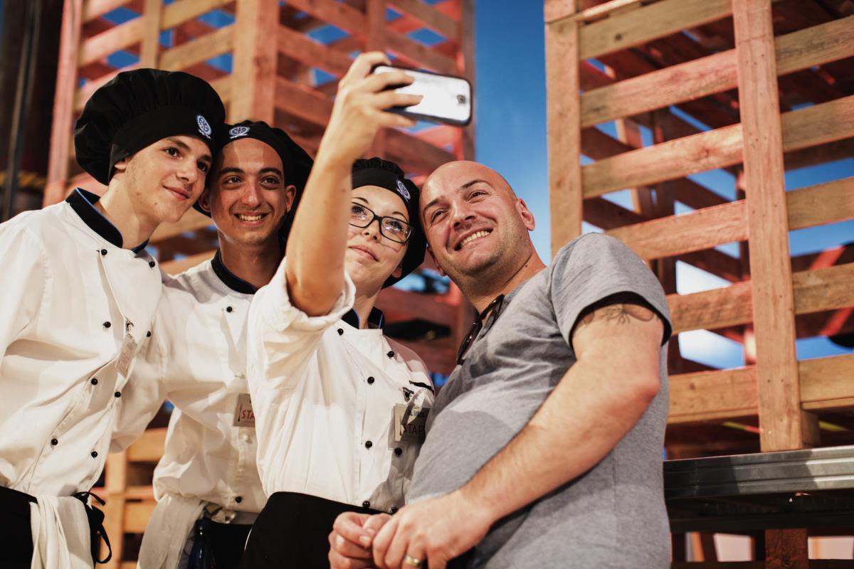 O chef português Leandro Carreira com alunos voluntários do festival Al Meni