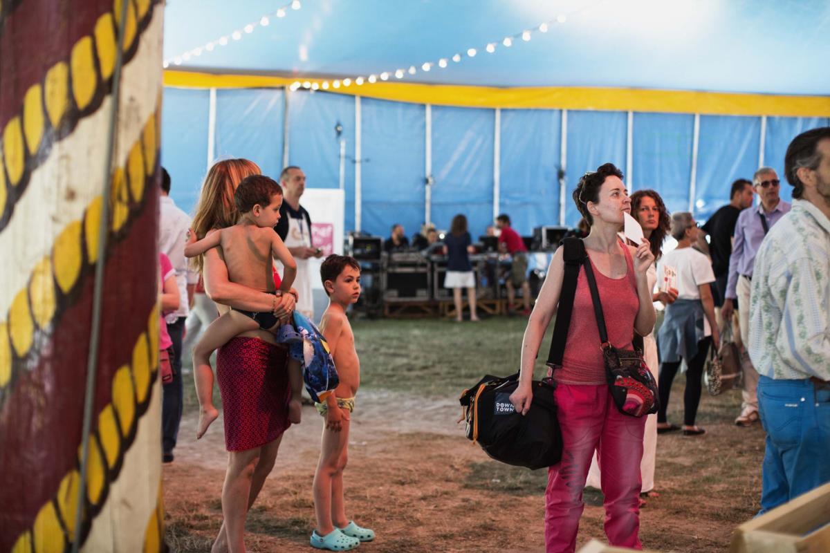 Começo da tarde no interior da tenda de circo