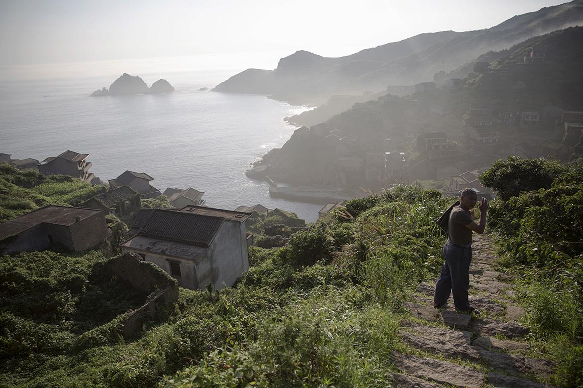 Um antigo residente chega à ilha entre nevoeiro, onde ajuda os turistas que visitam a vila abandonada