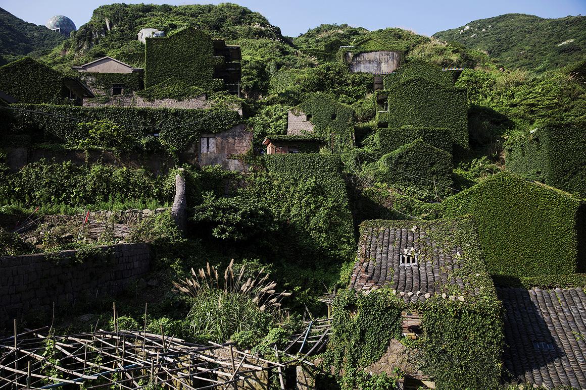 A vegetação cobre o casario abandonado