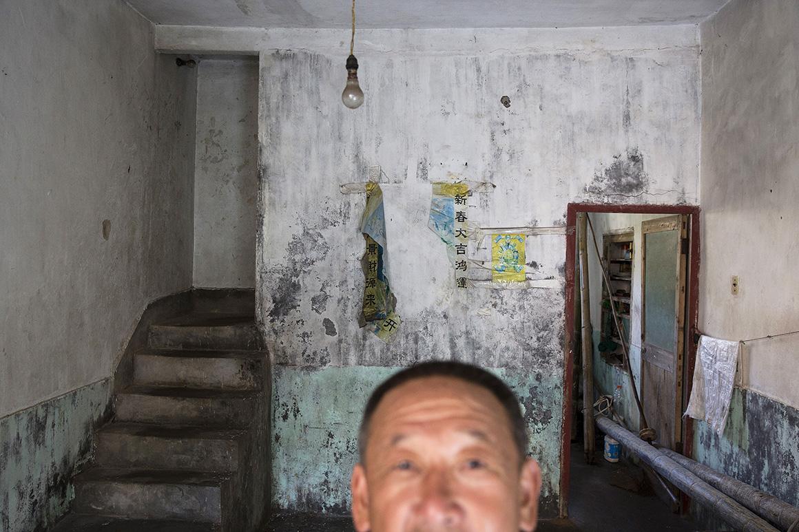 Sun Ayue vive sozinho numa casa sem electricidade ou água canalizada