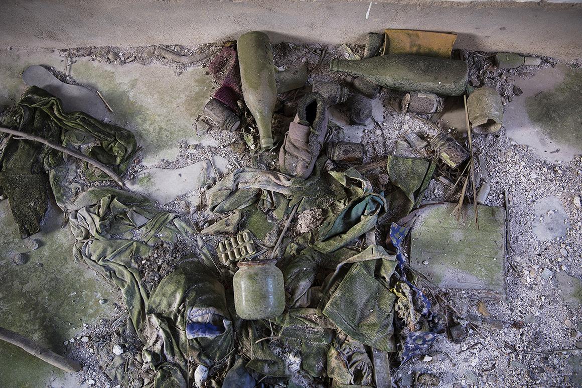 A população foi abandonando a vila devido aos problemas com a educação e entrega de comida, deixando antigos objectos para trás