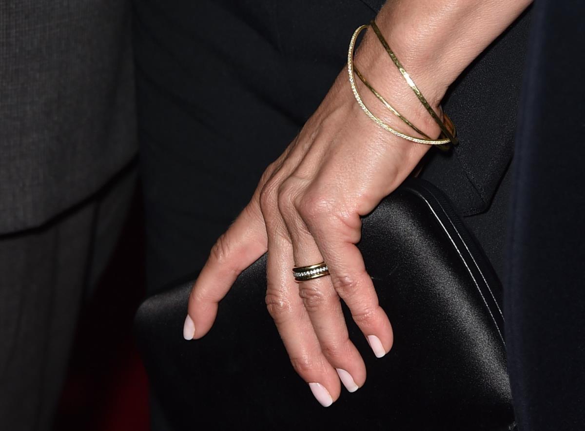 Jennifer Aniston mostra aliança de casamento pela primeira vez