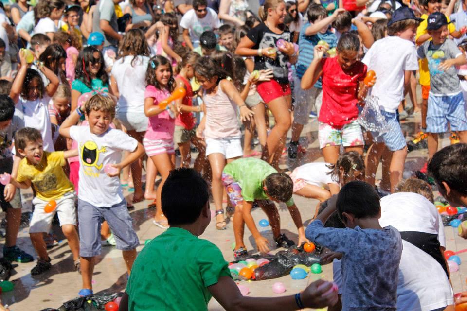 A Guerra de Balões de Água inclui duas batalhas, uma para miúdos e outra para graúdos