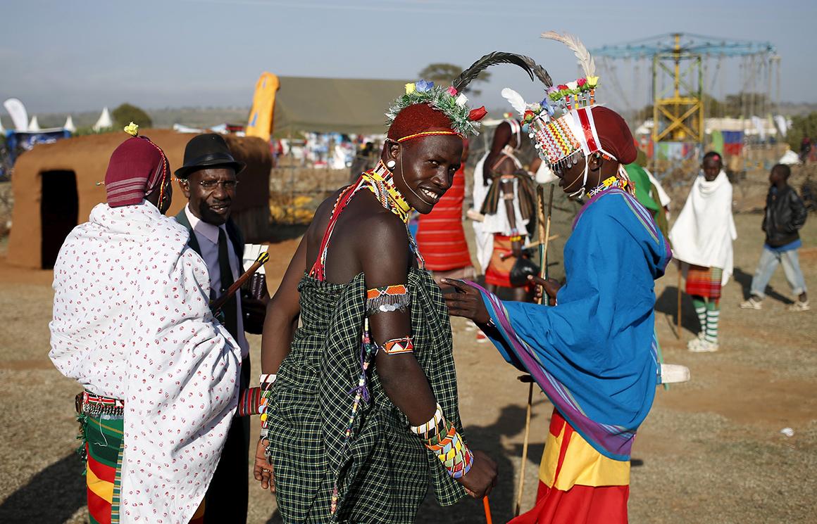 Um membro da tribo Samburu sorri enquanto chega com amigos ao Maralal Camel Derby