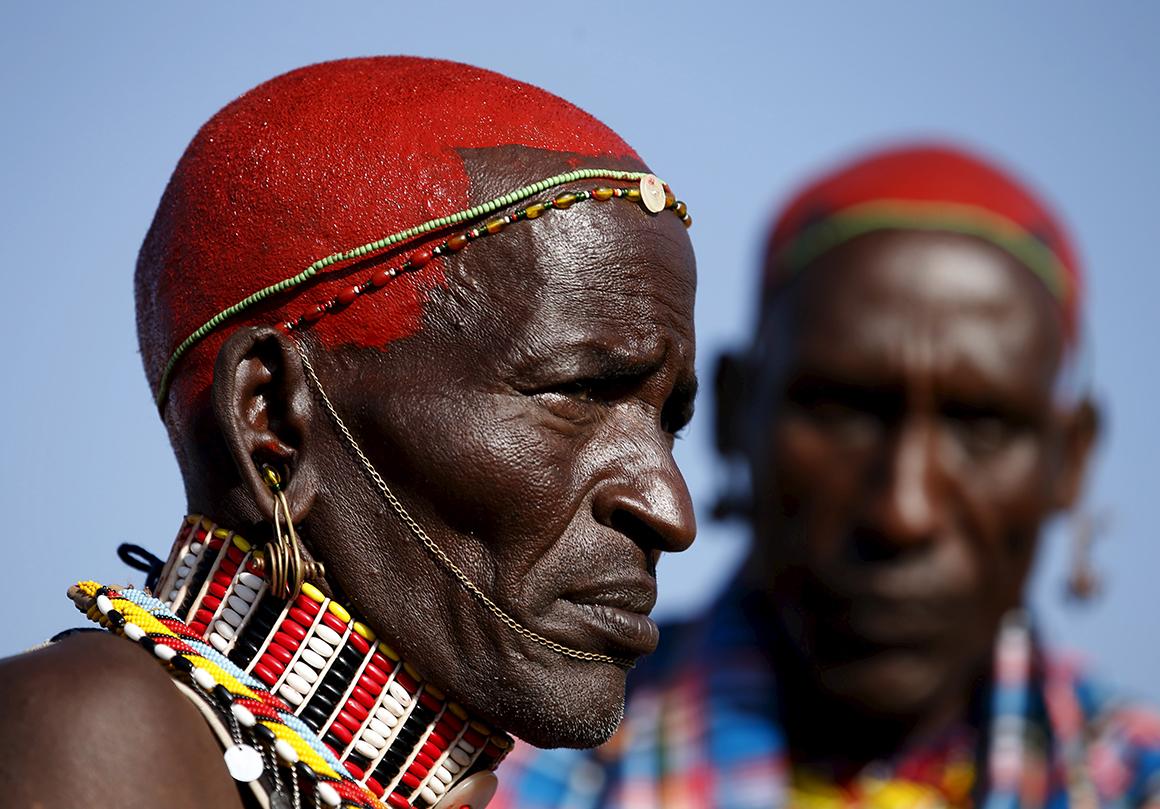 Membros da tribo Samburu assitem ao Maralal Camel Derby