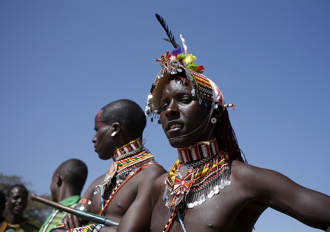 Membros da tribo Samburu assistem ao Maralal Camel Derby