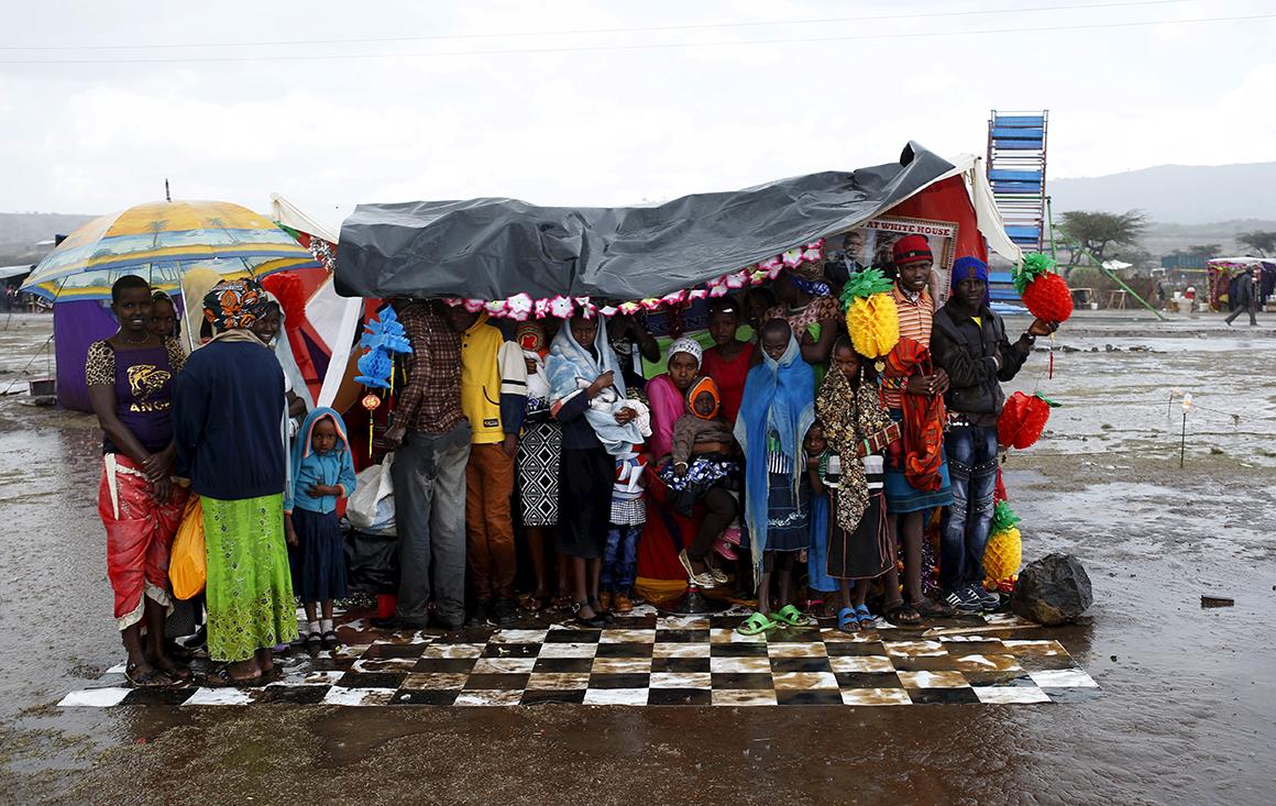 Vários visitantes abrigam-se num dos estúdios de fotografia durante uma chuva torrencial