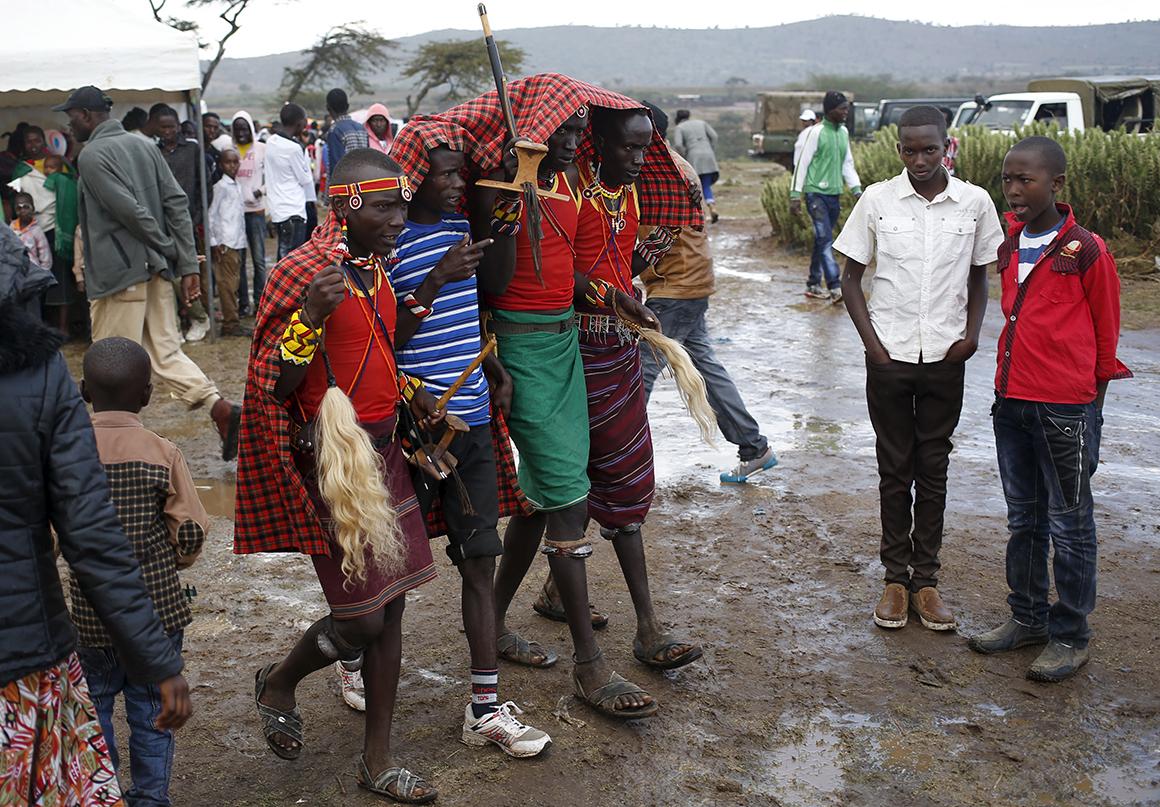 Membros das tribos fogem à chuva durante a feira